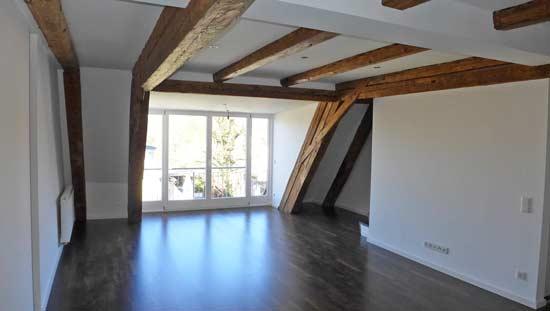 Wohnzimmer und Kamin moderne wohnzimmer mit galerie : Topausbau - modern und hochwertig - Tolle 3-Zi.-Dachgalerie ...